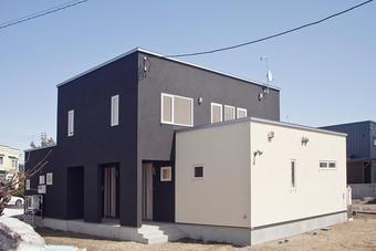 優しく引き締まりのある2世帯住宅