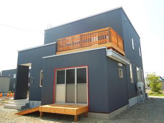 紺色が印象的な家