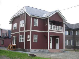 ワインレッドが素敵な北欧風住宅