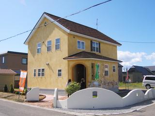 南欧風の黄色いお家