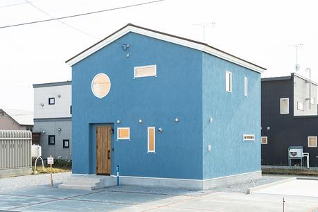 色と形が印象に残る安定感ある家