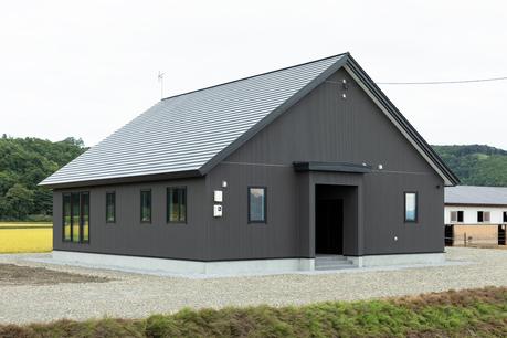 田園に溶け込む大屋根の平屋の住まい