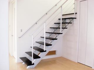 階段下にFIXガラス