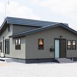 板木目のモダンな雰囲気に。黒いサッシに軒や基礎は濃いグレーのダーク調で塗装