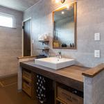 洗面室には造作の可動式棚も設置